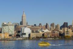 Taxi del agua del puerto de los rascacielos de New York City Foto de archivo libre de regalías