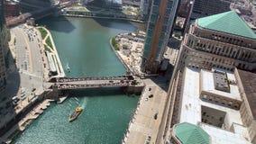 Taxi del agua en el río Chicago como pasa por debajo el St de Wells almacen de metraje de vídeo