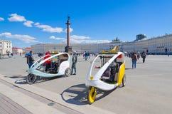 Taxi del ciclo sul quadrato del palazzo, St Petersburg, Russia Fotografie Stock Libere da Diritti