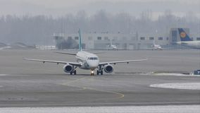 Taxi del doin de Air Dolomiti Embraer en el aeropuerto de Munich