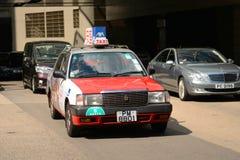 Taxi del rojo de Hong Kong Urban Imagenes de archivo