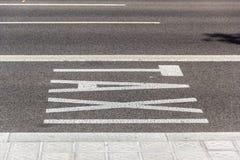 Taxi del subtítulo en el asfalto Fotos de archivo libres de regalías