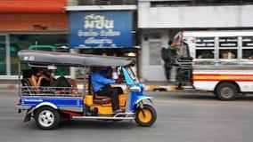Taxi del tuk de Tuk con los pasajeros Imagenes de archivo