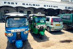 Taxi del tuk di Tuk parcheggiati davanti alla stazione ferroviaria di Colombo Fort Immagine Stock
