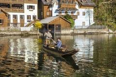 Taxi della barca nel lago Hallstein nel primo mattino Fotografia Stock
