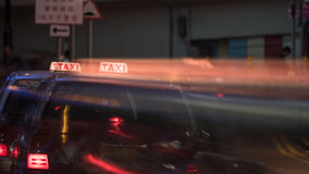 Taxi in der Nachtstraße von Hong Kong Stockfotos