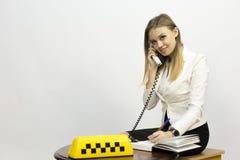 Taxi - despachador de la muchacha y otros materiales en el tema del taxi fotografía de archivo