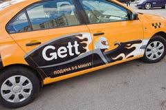 Taxi di Gett sulla via Immagini Stock