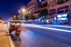 Taxi di Moto ad uguagliare città asiatica Phnom Penh, Cambogia Fotografia Stock Libera da Diritti