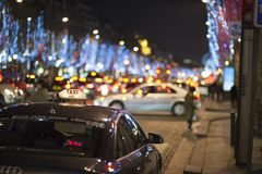 Taxi di Parigi alla via di notte Immagine Stock Libera da Diritti