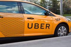 Taxi di Uber sulla via Fotografia Stock