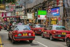 Taxi dichtbij de post van de Verhoogde wegbaai MTR, Hong Kong royalty-vrije stock afbeeldingen