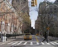 Taxi die bij een Kruising van New York wachten Stock Foto's