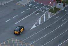 Taxi die lege stegen op een nr-auto'sdag kruisen in Barcelona stock afbeeldingen