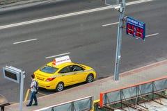 Taxi die op een passagier wachten Stock Fotografie