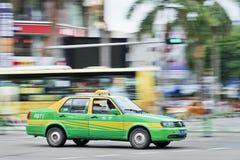 Taxi die thtough het stadscentrum van Zhuhai, China meeslepen royalty-vrije stock foto's