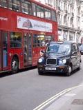 Taxi en bus in Londen Royalty-vrije Stock Afbeeldingen