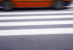 Taxi en el paso de cebra fotografía de archivo