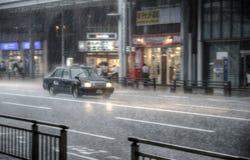 Taxi en fuertes lluvias imagen de archivo libre de regalías