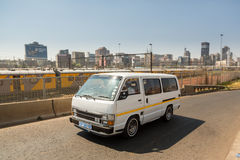 Taxi en horizon de Front Of Metrorail And Johannesburg photo libre de droits