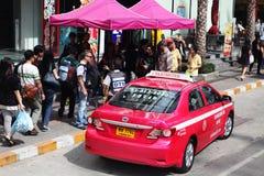 Taxi en la calle en Bangkok Fotos de archivo libres de regalías