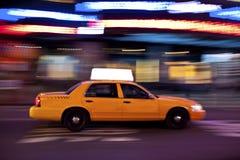 Taxi en la noche, con el copyspace Fotografía de archivo libre de regalías
