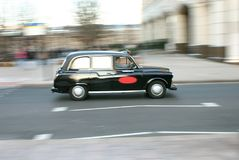 Taxi en mouvement de Londres Photographie stock