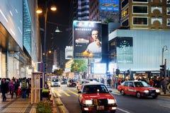 Taxi en verlichte tekens op straten van nachtstad Hong Kong Royalty-vrije Stock Foto's