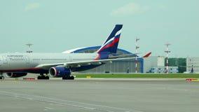 Taxi?end lijnvliegtuig bij de luchthaven na het landen op het asfalt stock footage