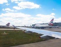 Taxi?ende vliegtuigenluchtbus a-320 na het landen in de Luchthaven van Heathrow Londen het UK Stock Foto's