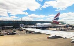 Taxi?ende vliegtuigenluchtbus a-320 na het landen in de Luchthaven van Heathrow Londen het UK Royalty-vrije Stock Fotografie