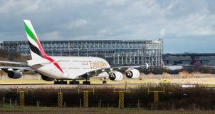 Taxi för en flygbuss för emiratflygbolag A380 framme av den nya kommersiella flyghangaren för närvarande under konstruktion på Ga royaltyfri foto