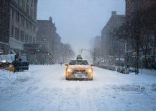 Taxi för New York City gulingtaxi i snön arkivbild