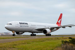 Taxi för Qantas flygbuss A330 på landningsbana Arkivfoto
