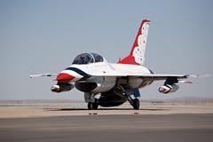 Taxi F-16 pour le décollage Images stock