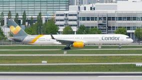 Taxi facente piano del condor nell'aeroporto di Monaco di Baviera, MUC stock footage