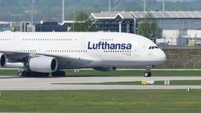 Taxi facente piano di Lufthansa A380 sulla pista, primo piano archivi video