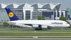 Taxi facente piano di Lufthansa A380 sulla pista, primo piano