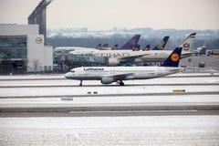 Taxi faisant plat de Lufthansa Airbus, aéroport MUC de Munich Image stock