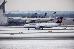 Taxi faisant plat de Lufthansa Airbus, aéroport MUC de Munich Photos stock