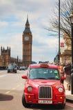 Taxi famoso en una calle en Londres Fotos de archivo libres de regalías