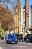 Taxi famoso una calle en Londres Imágenes de archivo libres de regalías