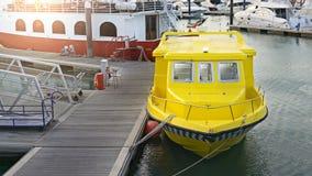 Taxi giallo dell'acqua fotografia stock libera da diritti
