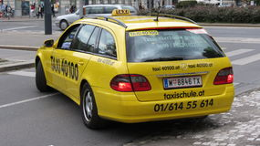 Taxi giallo a Vienna Fotografie Stock Libere da Diritti