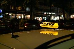 Taxi - glödande tecken royaltyfri foto