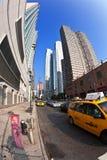 Taxi i gata 42 med sikt Royaltyfri Foto