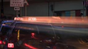 Taxi i nattgata av Hong Kong Arkivfoton