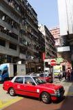 Taxi i niezidentyfikowani ludzie blisko Mong Kok staci metru Obrazy Royalty Free