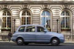 Taxi i rörelse i London Arkivbilder