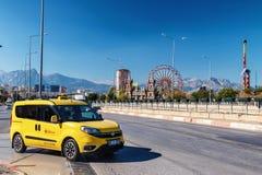 Taxi jaune Antalya de rue sur le fond de la PA d'amusement photographie stock